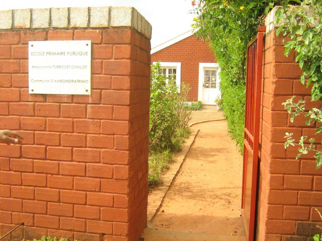 a l'entrée de l'école Tsaratanana