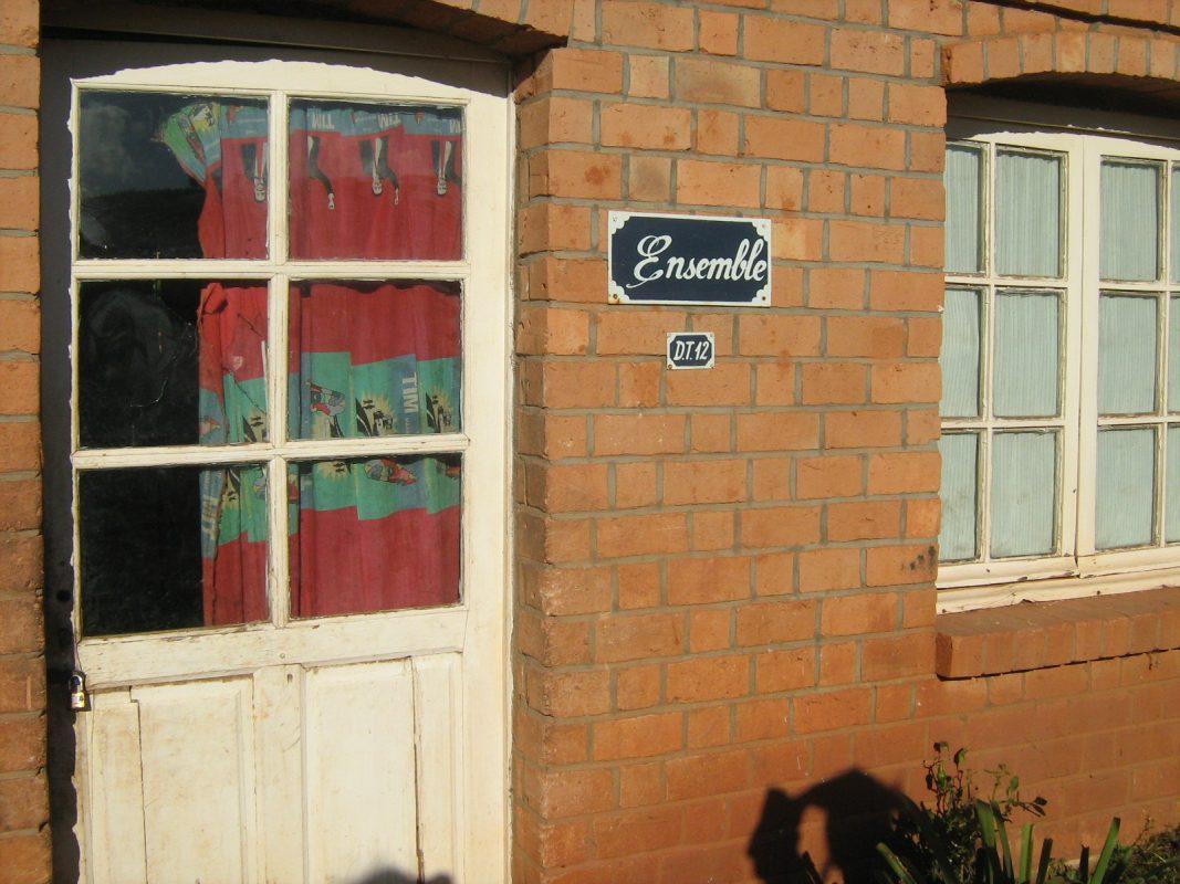 a la porte d'une maison de Tsaratanana